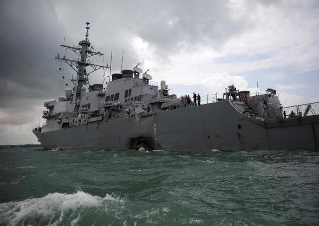 Tàu khu trục USS John S. McCain bị đâm móp bên mạn trái sau cú va chạm với tàu chở dầu (Ảnh: Reuters)