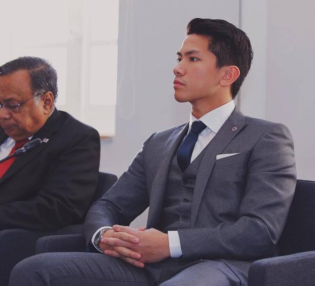 Hoang tu Brunei dien trai 'gay bao' khi tham gia SEA Games hinh anh 3