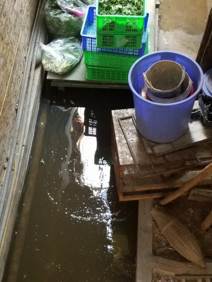 Cảnh nước đọng bẩn thỉu tịa nhà hàngLương Sơn Quán địa chỉ tại 173 Thái Hà, phường Láng Hạ, quận Đống Đa mà Phapluatplus đã phản ánh.