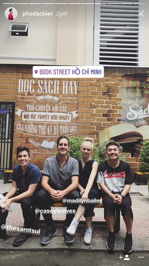Sam Tsui xuất hiện giữa Sài Gòn, vui vẻ đi ăn uống, tham quan cùng Phở Đặc biệt  - Ảnh 1.