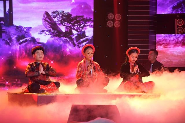 Đoan Trang biểu diễn như lên đồng, hỗ trợ hai học trò Huyền Trang và Ngọc Thanh.