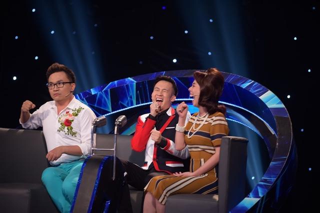 Dàn giám khảo cười ngất tái hiện cảnh Đoan Trang và học trò chuyền mic cho nhau.