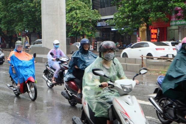 Chùm ảnh: Ảnh hưởng của bão số 6, người dân Thủ đô chật vật trong cơn mưa sáng sớm - Ảnh 1.