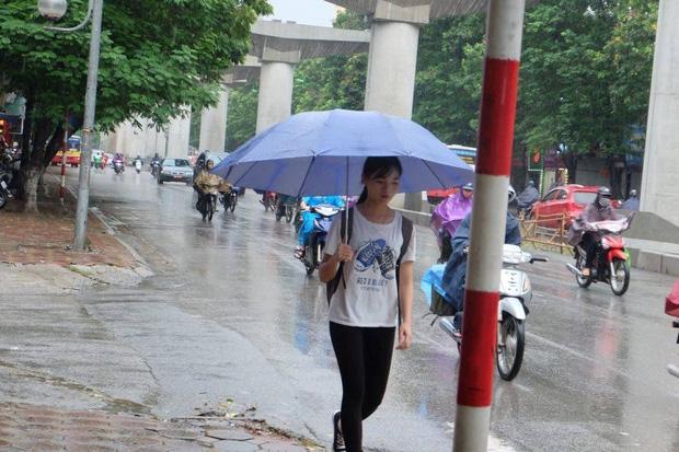 Chùm ảnh: Ảnh hưởng của bão số 6, người dân Thủ đô chật vật trong cơn mưa sáng sớm - Ảnh 2.