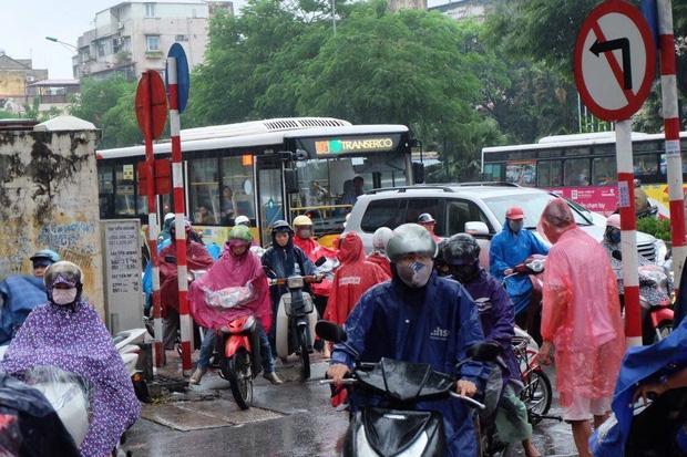 Chùm ảnh: Ảnh hưởng của bão số 6, người dân Thủ đô chật vật trong cơn mưa sáng sớm - Ảnh 4.