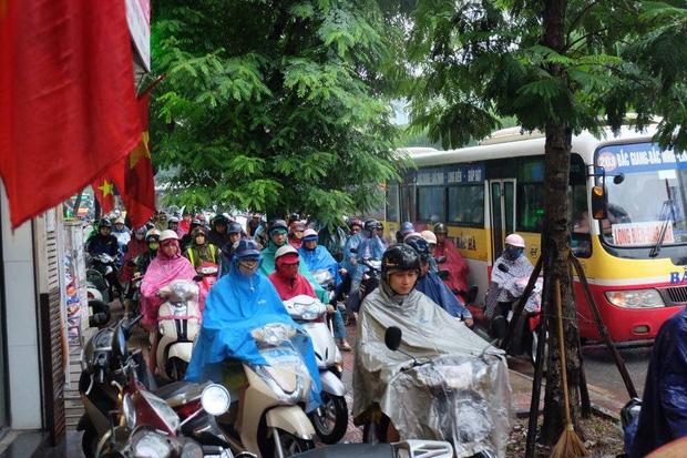 Chùm ảnh: Ảnh hưởng của bão số 6, người dân Thủ đô chật vật trong cơn mưa sáng sớm - Ảnh 5.