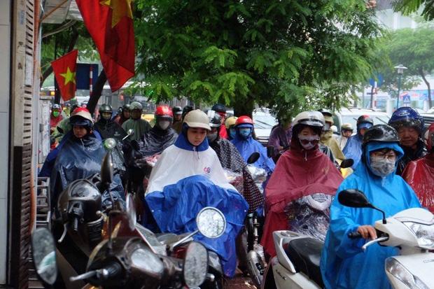 Chùm ảnh: Ảnh hưởng của bão số 6, người dân Thủ đô chật vật trong cơn mưa sáng sớm - Ảnh 6.