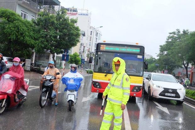Chùm ảnh: Ảnh hưởng của bão số 6, người dân Thủ đô chật vật trong cơn mưa sáng sớm - Ảnh 7.