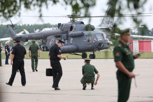 Là sự kiện quân sự lớn của Nga, triển lãm Army 2017 đã thu hút đông đảo khách tới tham quan. Quân đội Nga đã đưa tới triển lãm những khí tài quân sự mới nhất. Trong ảnh: Trực thăng Mi-8 được trưng bày tại triển lãm Army