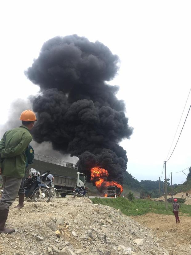 Sơn La: Tài xế bất lực nhìn xe tải bốc cháy ngùn ngụt trên quốc lộ - Ảnh 2.