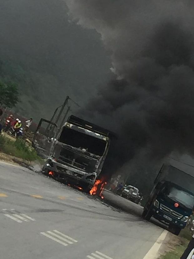Sơn La: Tài xế bất lực nhìn xe tải bốc cháy ngùn ngụt trên quốc lộ - Ảnh 3.