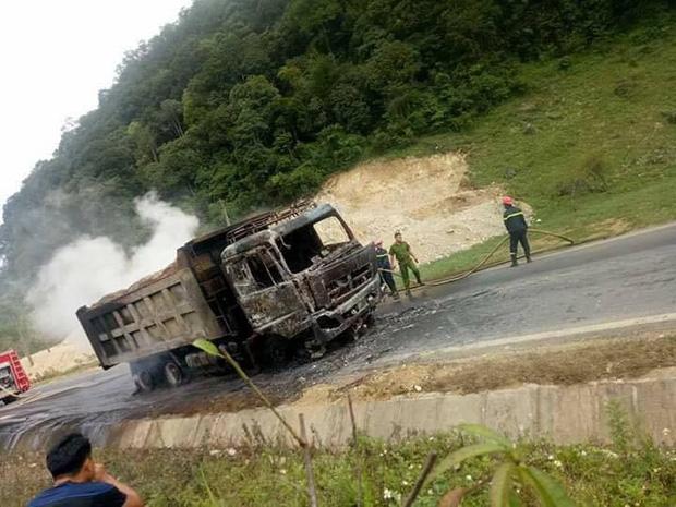 Sơn La: Tài xế bất lực nhìn xe tải bốc cháy ngùn ngụt trên quốc lộ - Ảnh 4.