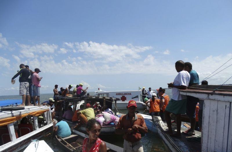Vụ chìm tàu ở Brazil rạng sáng 23.8 khiến 10 người chết, hàng chục người mất tích. Ảnh: AP