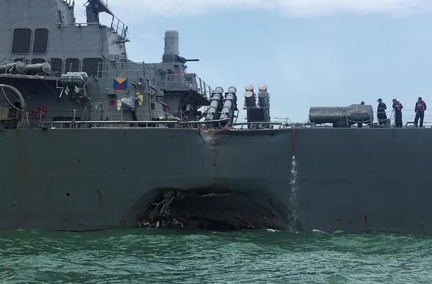 Tàu USS John McCain bị đâm móp. (Ảnh: Reuters)