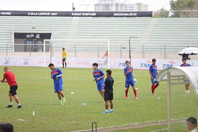Cầu thủ U22 Việt Nam khởi động trước trận đấu
