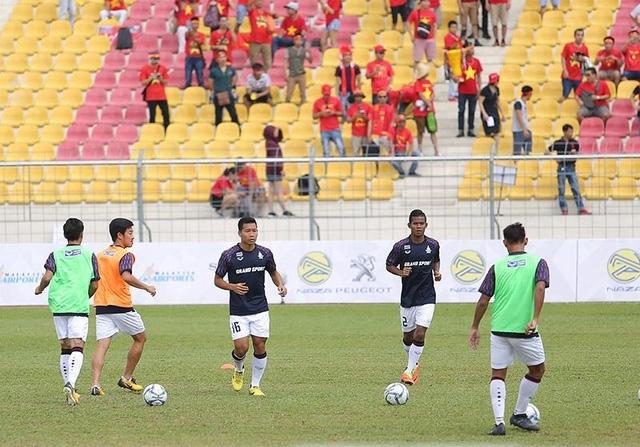 Các cầu thủ U22 Thái Lan khởi động