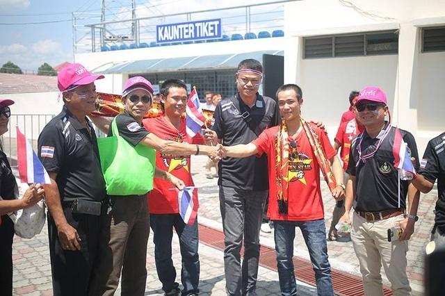 Sự thân thiện của hai cổ động viên Việt Nam và Thái Lan