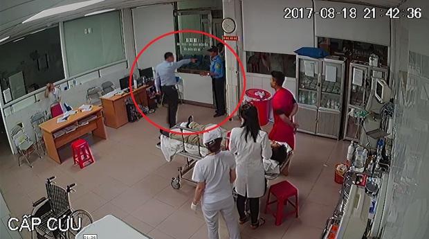 Vụ nữ bác sĩ bị hành hung tại bệnh viện: Đình chỉ 2 bảo vệ - Ảnh 1.