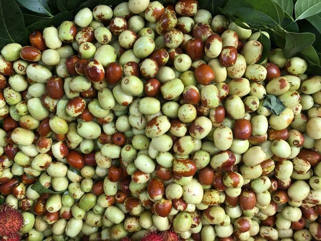 Táo được bày bán ở chợ và trên các trang mạng xã hội với giá bán 90.000 đồng/kg chính là táo Trung Quốc.