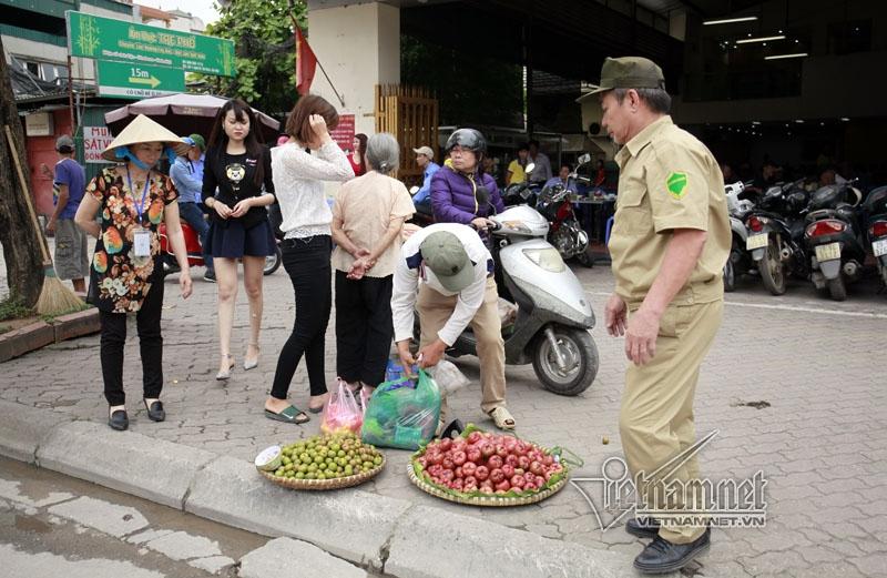 bán hoa quả, vỉa hè, lấn chiếm vỉa hè, dẹp vỉa hè, Hà Nội