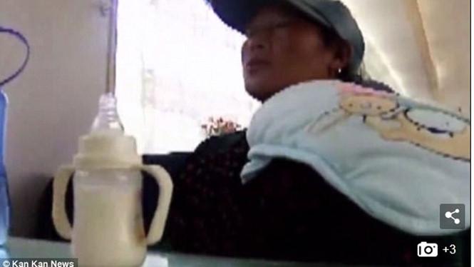 Qua hành động dùng nước lạnh pha sữa cho bé, nghi can vụ bắt cóc trẻ em ở Trung Quốc đã bị phát hiện và bắt giữ  /// Ảnh chụp màn hình Daily Mail