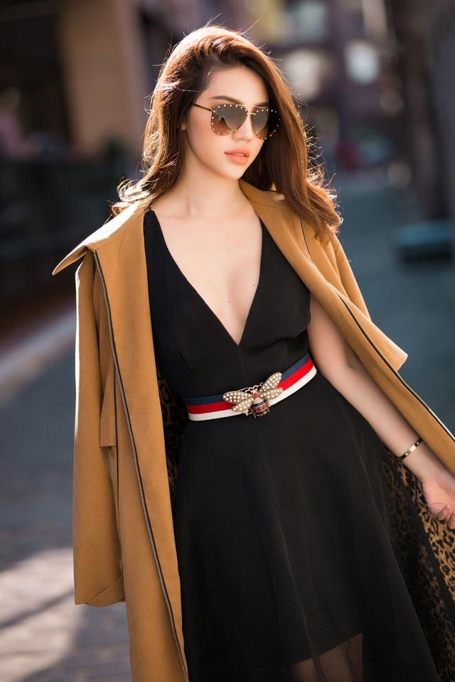 Người đẹp khoe vòng một nảy nở trong chiếc váy xoè xẻ ngực sâu, với chất liệu vải mỏng manh.