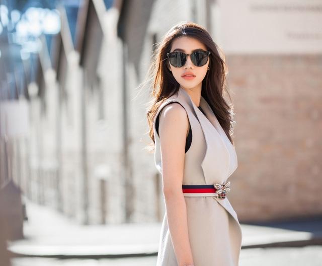 Từ màu sắc đến khiểu dáng của bộ cánh đều khắc hoạ rõ nét hình ảnh quý cô thành thị ngọt ngào nhưng vẫn bắt kịp xu hướng.