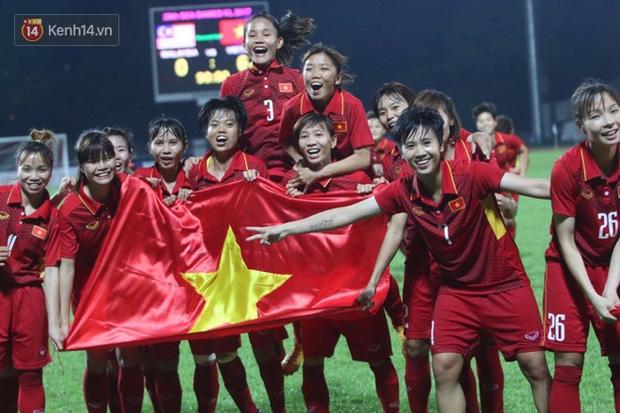 Tuyển nữ vô địch, tuyển nam ra về, nhà báo Trương Anh Ngọc nói: Các anh đá bóng dẹp hết đi, về nhà đi chợ, nấu cơm, giặt giũ, trông con đi - Ảnh 2.