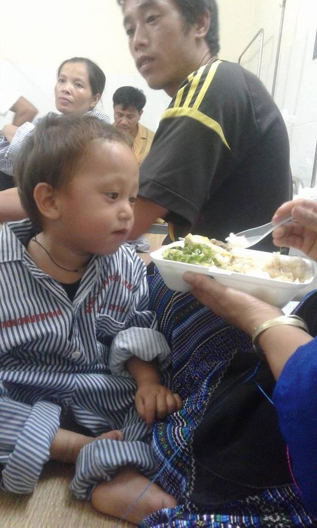 Những bữa cơm ngon lành đối với cậu bé trên giường bệnh. Ảnh: Nông Thuyết