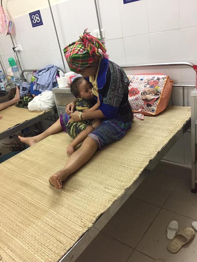 Dù đã 3 tuổi nhưng chốc chốc thì Tằng lại đòi bú mẹ. Ảnh: Phương Nguyễn