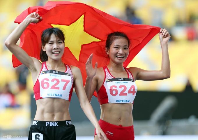 Nữ VĐV Việt Nam hoãn mừng, đỡ đồng đội trên vạch đích