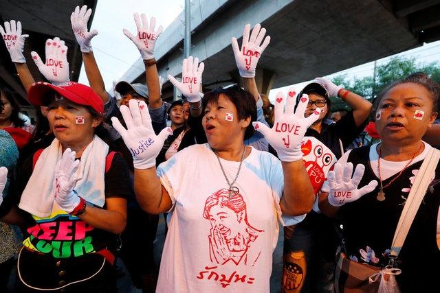 Rất đông người ủng hộ bà Yingluck tập trung bên ngoài tòa án tối cao ở Bangkok vào ngày 25/8 để chờ đợi phán quyết của tòa (Ảnh: Reuters)