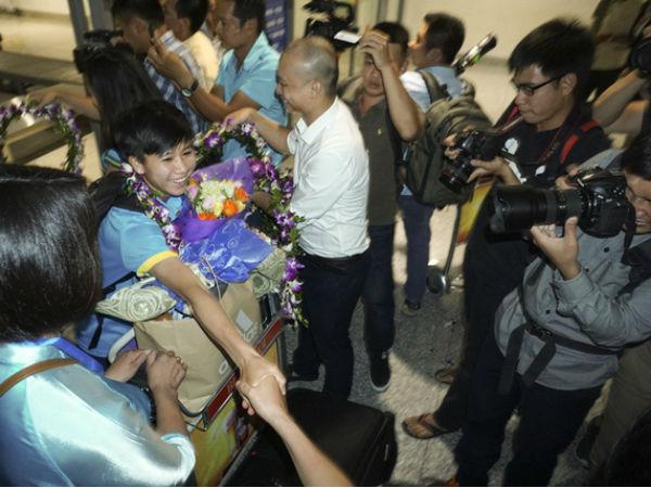 Hàng trăm người chào đón đội tuyển nữ bóng đá Việt Nam chiến thắng trở về