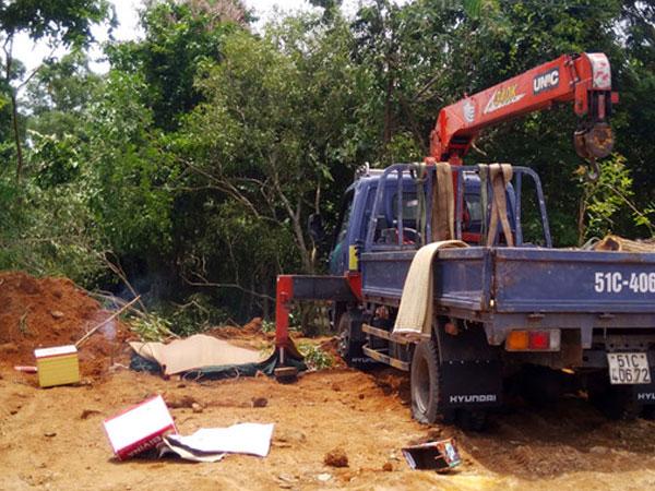 Tài xế bị điện giật chết khi dùng xe cần cẩu lấy gỗ