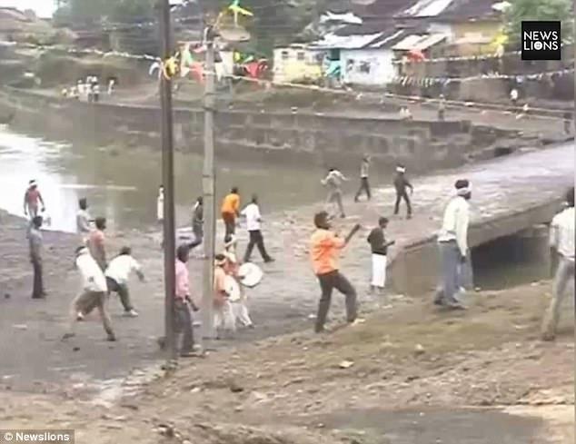2 làng đổ ra đường ném đá vào nhau theo tục lệ, 400 người bị thương - 1