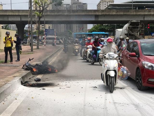 Chiếc xe máy chạy dịch vụ Grab bốc cháy dữ dội trên phố Đỗ Đức Dục. Ảnh: T.Hà