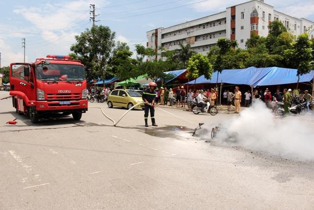 Lực lượng Cảnh sát PCCC có mặt tại hiện trường dập lửa. Ảnh: Đ.Tùy