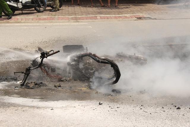 Khi đang lưu thông trên đường, chiếc xe máy bất ngờ phát nổ và bốc cháy