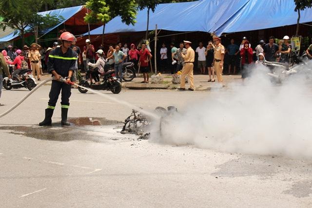 Cảnh sát PCCC và lực lượng chức năng có mặt tại hiện trường tiến hành dập lửa