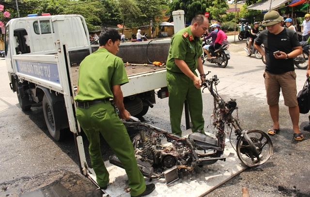 Chỉ trong tích tắc, chiếc xe máy cháy trơ khung