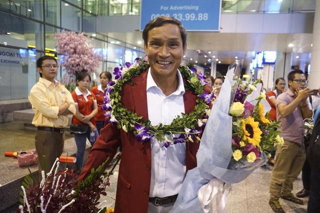 HLV trưởng Mai Đức Trung người dẫn dắt tuyển nữ Việt Nam giành HCV SEA Games 29 được chào đón nồng nhiệt tại sân bay.