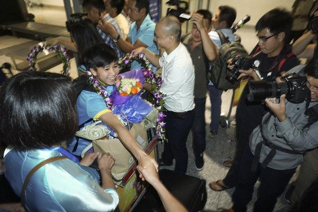 Tiền vệ Nguyễn Thị Tuyết Dung trong vòng tay người hâm mộ.