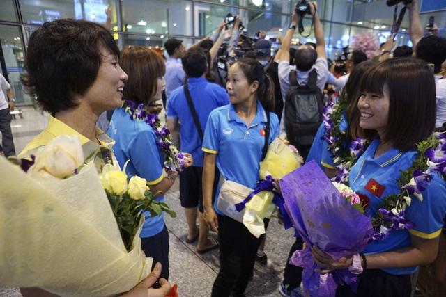 Cựu danh thủ Nguyễn Minh Nguyệt chia vui cùng cô gái vàng - hậu vệ trái Vũ Thị Thúy.