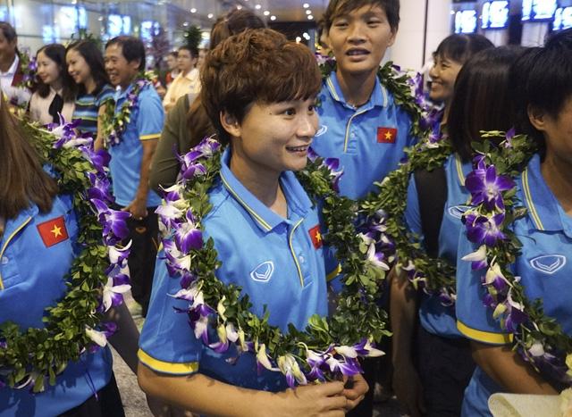 Nụ cười của tiền vệ trụ Nguyễn Thị Vạn trước những người hâm mộ.