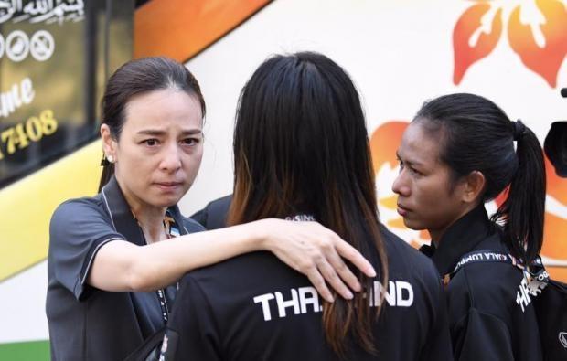 Tuyển nữ Thái Lan buồn khi không thể bảo vệ thành công ngôi vô địch.