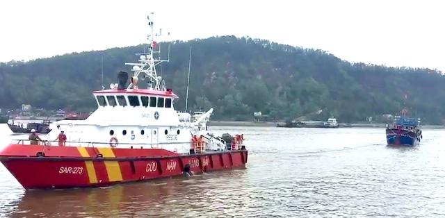 Trung tâm đã điều động tàu SAR 273 lai kéo về Cửa Lò, Nghệ An lúc 08h00 ngày 27/8/2017. (Ảnh do Trung tâm Phối hợp tìm kiếm cứu nạn Hàng hải Việt Nam cung cấp)