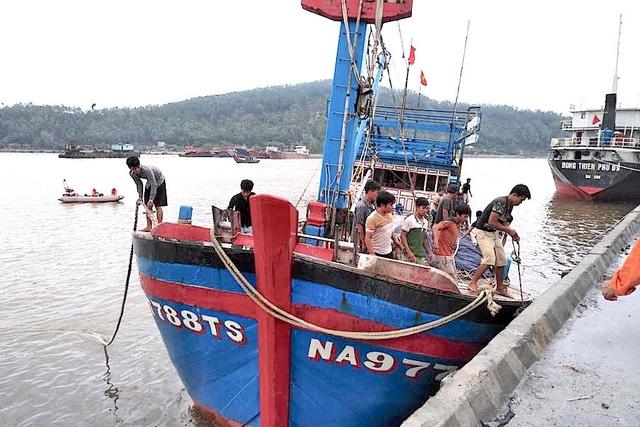 Tàu cá NA 97788 TS được Trung tâm Phối hợp tìm kiếm cứu nạn Hàng hải Việt Nam lai kéo về Cửa Lò, Nghệ An lúc 08h00 ngày 27/8/2017. (Ảnh do Trung tâm Phối hợp tìm kiếm cứu nạn Hàng hải Việt Nam cung cấp)