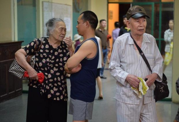 Hà Nội: Người già, trẻ em chung cư Cầu Giấy hoảng loạn vì chập điện gây cháy giữa đêm khuya - Ảnh 3.