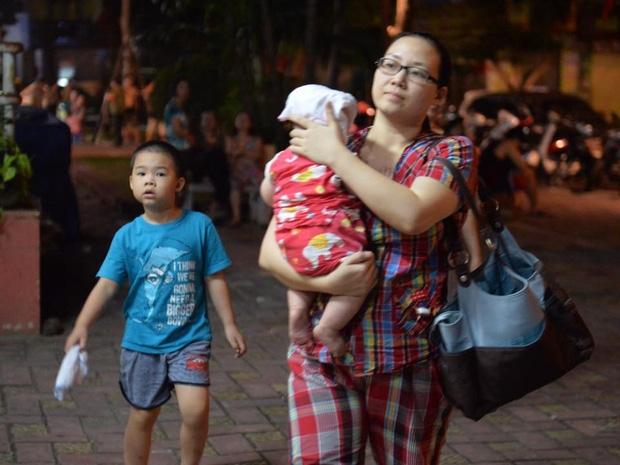 Hà Nội: Người già, trẻ em chung cư Cầu Giấy hoảng loạn vì chập điện gây cháy giữa đêm khuya - Ảnh 4.