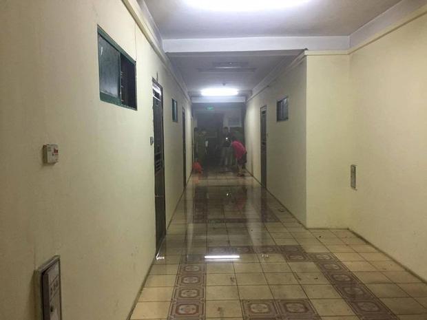 Hà Nội: Người già, trẻ em chung cư Cầu Giấy hoảng loạn vì chập điện gây cháy giữa đêm khuya - Ảnh 6.